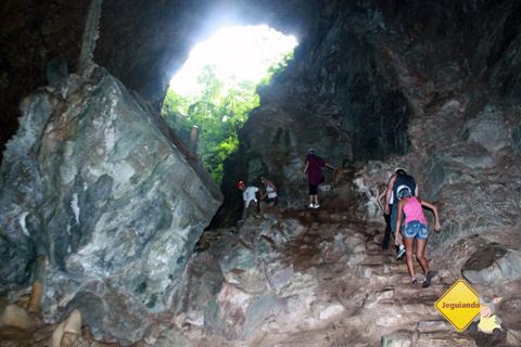 Grupo retorna, enquanto outro conhece a gruta. Imagem: Erik Pzado.