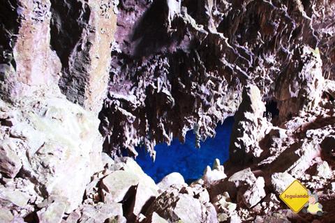 O azul das águas da gruta contrastam com o branco das formações rochosas. Gruta do Lago Azul, Bonito, Mato Grosso do Sul. Imagem: Erik Pzado.