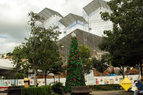 Enquanto a Igreja da Matriz de São Luiz do Paraitinga não é erguida novamente... Imagem: Erik Pzado.