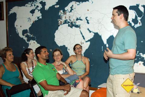 Paulo Mendes, do blog Quatro Cantos do Mundo, e os viajantes. Imagem: Erik Pzado.