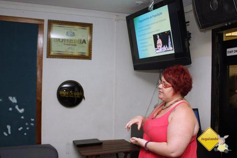 Janaína Calaça apresentando palestra sobre Bonito, MS. Imagem: Erik Pzado.