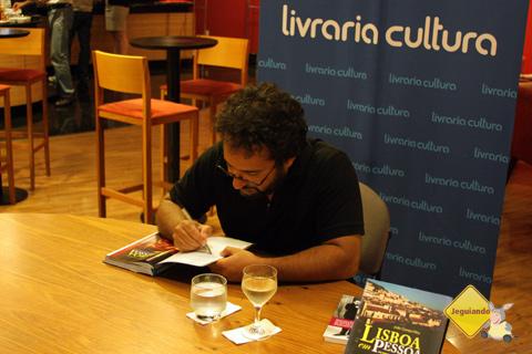 João Corrêa Filho autografa um exemplar do Lisboa em Pessoa para a trupe do Jeguiando. Imagem: Erik Pzado.