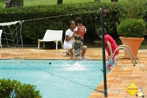Crianças brincam à beira da piscina. Broa Golf Resort, Brotas, SP. Imagem: Erik Pzado.