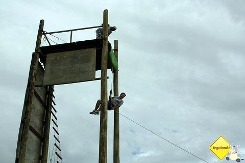 Depois do espetáculo circense, Júnior desliza pela corda! :P Imagem: Erik Pzado.