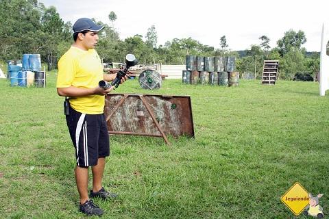 """Thiago (Tio Presunto) explicando que """"não podemos machucar os amiguinhos"""". Imagem: Janaína Calaça."""