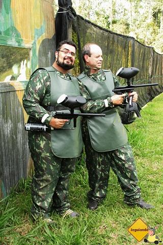 Erik Pzado e Marcelo, instrutor de golfe do Broa posando de gatinhos revoltados. Imagem: Janaína Calaça.