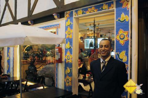 Ricardo, maitre do restaurante O Vizinho, com quem batemos altos papos! Imagem: Erik Pzado
