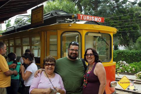 D. Lourdes (mãe do Erik), Erik Pzado, D. Emilia (mainha!), todo mundo embarcando no bondinho. Imagem: Janaína Calaça.