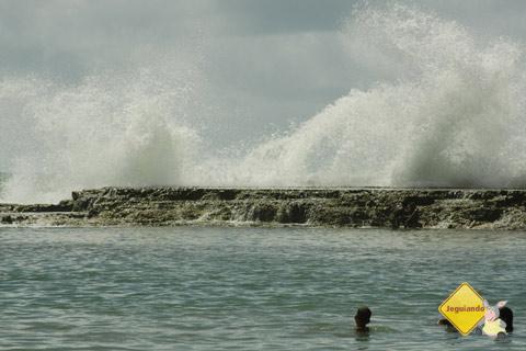 Ondas arrebentando no quebra-mar. Jauá, Bahia. Imagem: Erik Pzado.