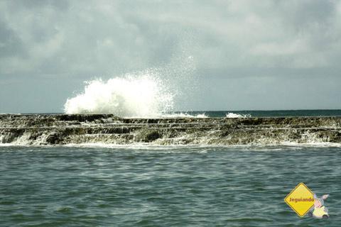 Força das ondas arrebentando no quebra-mar. Jauá, Bahia. Imagem: Erik Pzado.