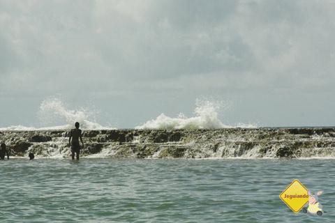 Caminhando sobre o quebra-mar. Jauá, Bahia. Imagem: Erik Pzado.
