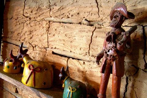 Artefatos de barro enfeitam o ambiente do Sertão Bom, Salvador, Bahia. Imagem: Janaína Calaça
