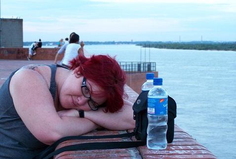 Jana Calaça depois de horas batendo perna em Rosário, Argentina. Acabada! Imagem: Fábio Brito (Arquivo Jeguiando)
