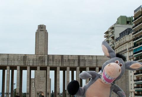Monumento à bandeira e Jegueton fazendo micagens, ou melhor... Jeguices! Rosário, Argentina. Imagem: Fábio Brito (Arquivo Jeguiando)