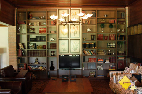 Sala de estar do casarão principal. Santa Clara Eco Resort, Dourado, SP. Imagem: Erik Pzado