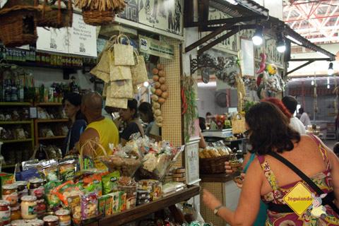 D. Emilia escolhendo gostosuras! Centro de Abastecimento do Rio Vermelho. Salvador, Bahia. Imagem: Erik Pzado