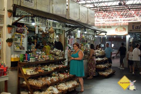 Jana Calaça se embrenhando nas gostosuras! Centro de Abastecimento do Rio Vermelho, Salvador, Bahia. Imagem: Erik Pzado