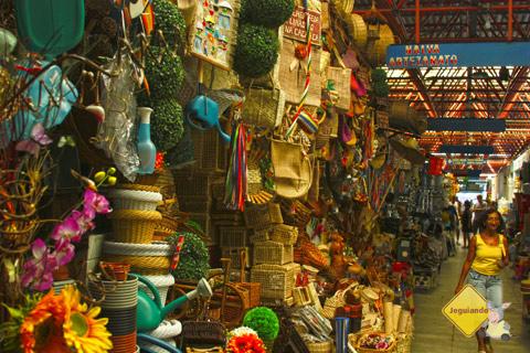 Artefatos de palha e de outros materiais. Centro de Abastecimento do Rio Vermelho, Salvador, Bahia. Imagem: Erik Pzado