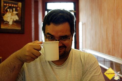 Erik Pzado e a inseparável canequinha de café! Imagem: Janaína Calaça
