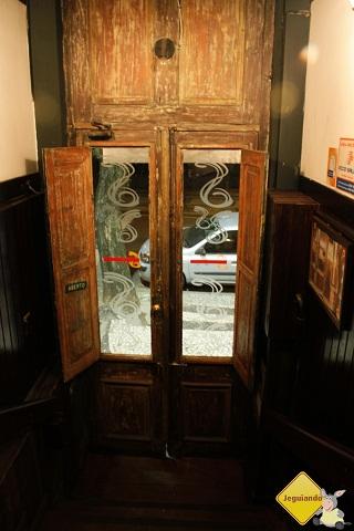 Porta do casarão onde funciona o Spaguetto em Curitiba. Imagem: Erik Pzado