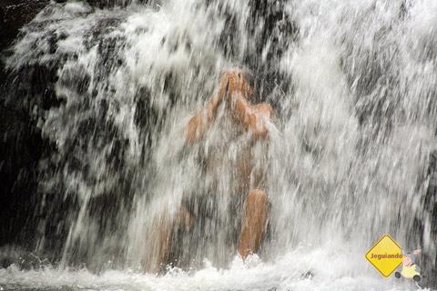 Thiago - vulgo tio Presunto - tomando banho de cachoeira. Santa Clara Eco Resort, Dourado, SP. Imagem: Erik Pzado.