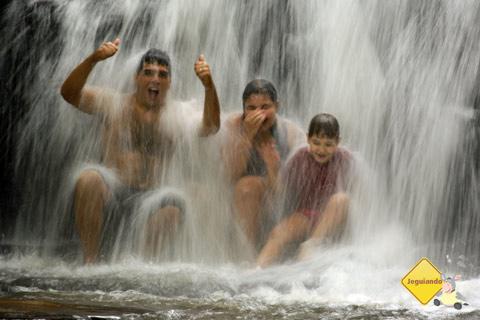 Thiago - vulgo tio Presunto - e os pequenos hóspedes tomando banho de cachoeira. Santa Clara Eco Resort, Dourado, SP. Imagem: Erik Pzado.