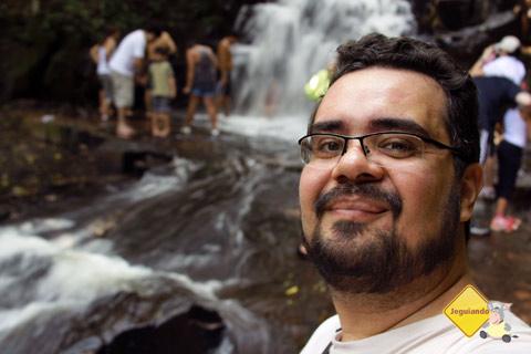 Erik Pzado e, ao fundo, a cachoeira. Santa Clara Eco Resort, Dourado, SP. Imagem: Erik Pzado.