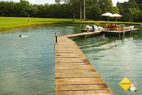 Deck para relaxar sobre o lago. Santa Clara Eco Resort, Dourado, SP. Imagem: Erik Pzado