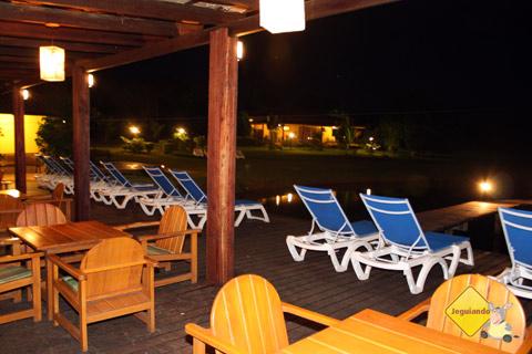 Mesinhas à beira da piscina e do lago. Santa Clara Eco Resort, Dourado, SP. Imagem: Erik Pzado