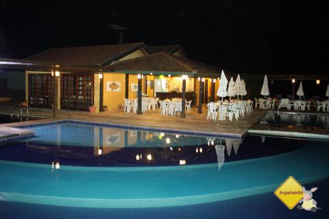 Piscina climatizada e bar ao fundo. Santa Clara Eco Resort, Dourado, SP. Imagem: Erik Pzado