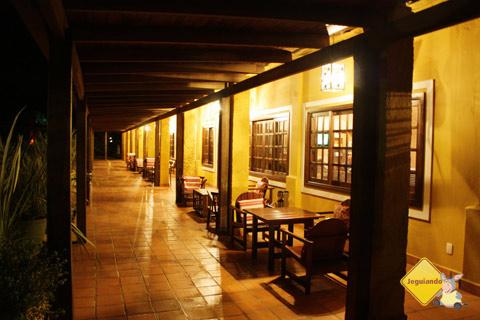 Casarão principal à noite. Santa Clara Eco Resort, Dourado, SP. Imagem: Erik Pzado