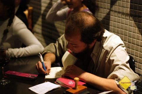 """Leonardo Mathias e seu livro de poemas """"De Pé"""", lançado pela Editora Patuá. Imagem: Erik Pzado"""