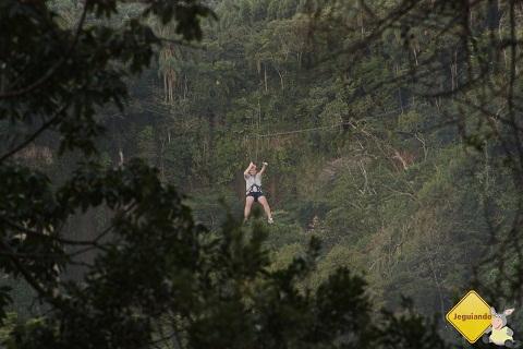 Júnior atravessando o vale na tirolesa. Cachoeira do Saltão, Itirapina, SP. Imagem: Erik Pzado