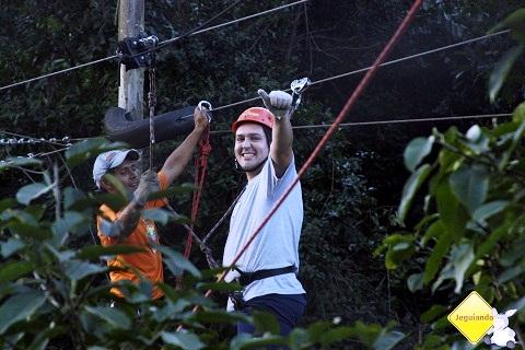 Júnior, do Viajar é Preciso, depois de atravessar o vale na tirolesa. Cachoeira do Saltão, Itirapina, SP. Imagem: Erik Pzado