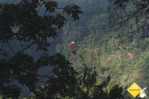 Deise, do Viagem pelo Mundo, e a tirolesa na Cachoeira do Saltão. Itirapina, SP. Imagem: Erik Pzado