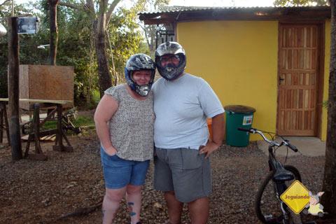 Jana Calaça e Erik Pzado se preparando para fazer o passeio de quadriciclo na Rota Boiadeira. Bonito, MS. Imagem: Erik Pzado