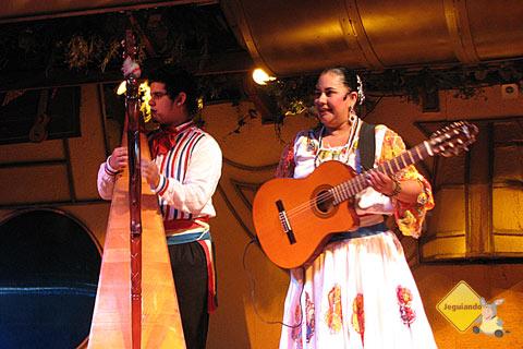 Música e dança dão o tom do show que acontece todas as noites no Rafain. Imagem: Janaína Calaça
