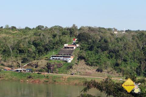 Ao longe, em vermelho, marco do Paraguai. Foz do Iguaçu, PR. Imagem: Janaína Calaça