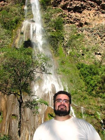Erik e a cachoeira da Boca da Onça. Imagem: Janaína Calaça