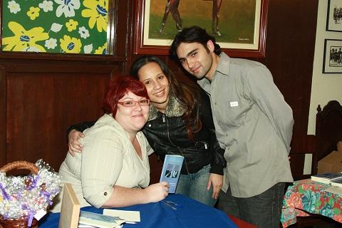 Nataniele e Miguel. Lançamento do livro de contos Obs(cena)s de Janaína Calaça. Imagem: Erik Pzado