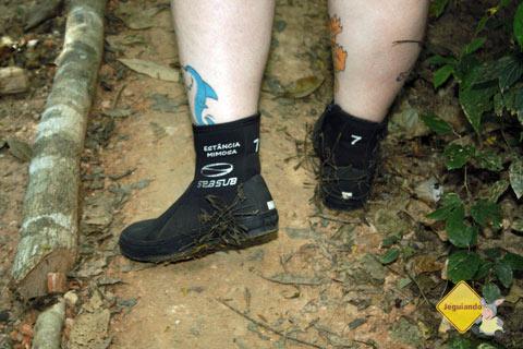 Botas de neoprene e papetes são ideais para a trilha que leva ao circuito das cachoeiras. Imagem: Erik Pzado