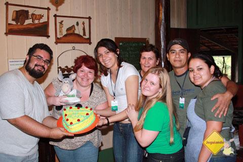 Família Jeguiando é surpreendida com um lindo bolo de noivado preparado pela equipe da Estância Mimosa