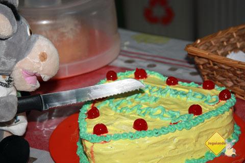 Jegueton cortando o bolo. Imagem: Erik Pzado