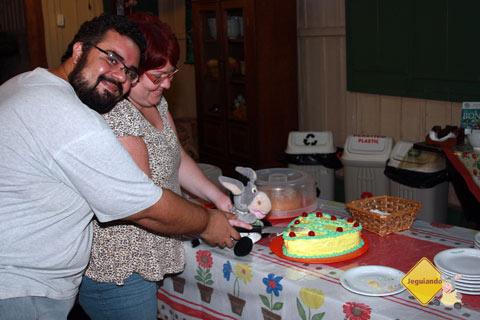 Erik, Jana e Jegueton cortando o bolo de noivado oferecido pela Estaância Mimosa