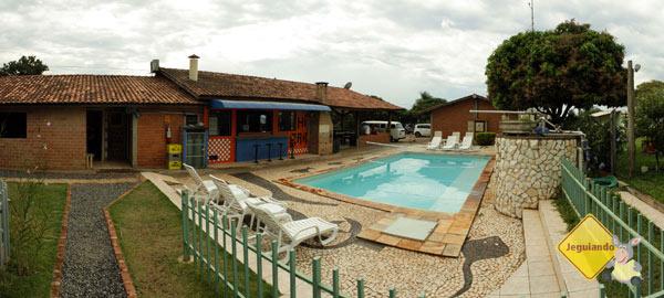 Área da piscina. Bonito Hostel, Bonito, MS. Imagem: Erik Pzado