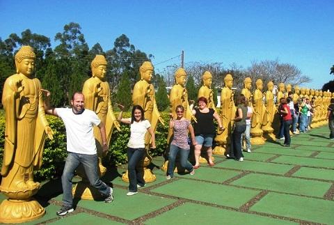 Blogueiros reunidos no Templo Budista fazendo gracinha e correndo o risco de levar um raio na cabeça! Imagem: Jeguiando