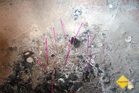 Incenso, cinzas e pedidos. Imagem: Janaína Calaça