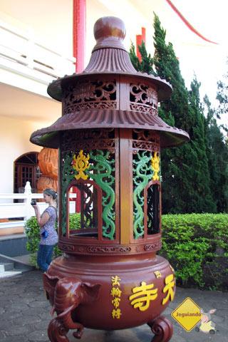 Incensário onde os visitantes e seguidores do Budismo fazem seus pedidos a Buda. Imagem: Janaína Calaça