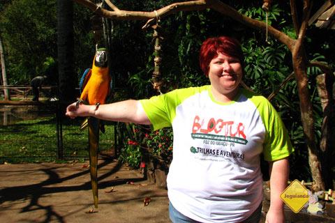 A arara e Jana. Parque das Aves, Foz do Iguaçu, PR. Imagem: Jeguiando
