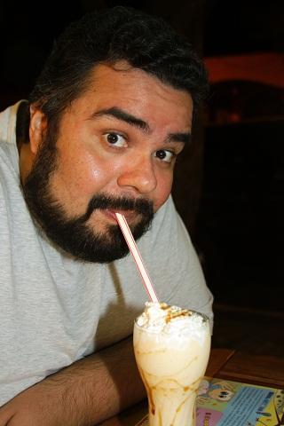 Erik tomando um milkshake de guavira. Imagem: Janaína Calaça